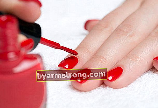 Come sbarazzarsi delle macchie di smalto per unghie?