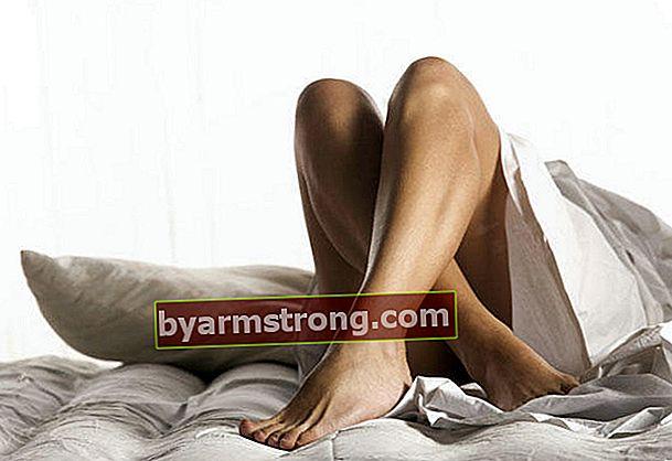 Cosa causa il dolore alle gambe che aumenta di notte?