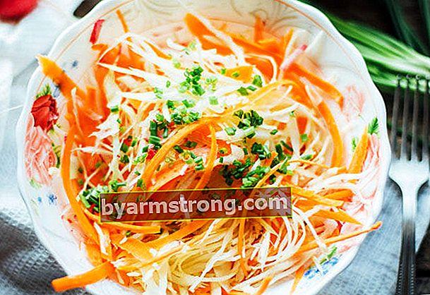 Salad kubis putih yang sederhana dan lezat