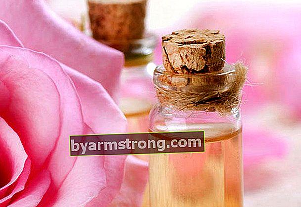 L'acqua di rose asciuga i brufoli