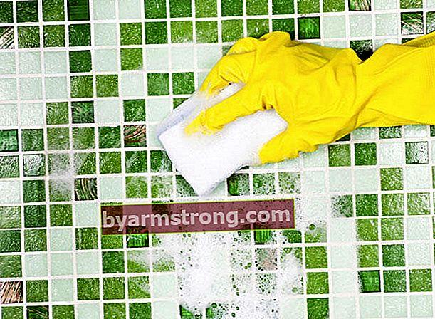 Come deve essere eseguita la pulizia delle piastrelle?