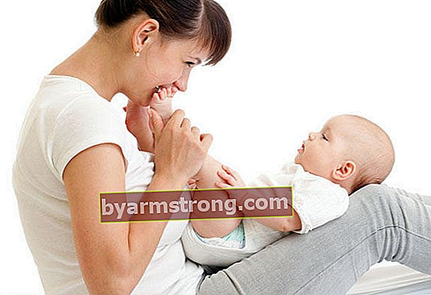 Apakah berbahaya mengayun bayi sambil berdiri?