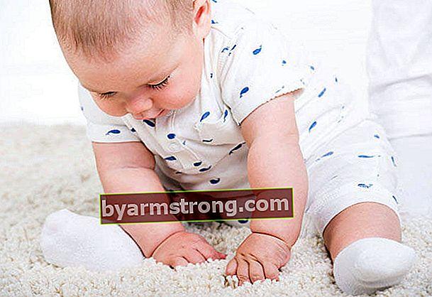 赤ちゃんはいつ支えられずに座りますか?