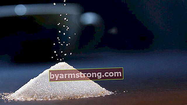 Quanti bicchieri da tè e bicchieri da acqua compongono 1 kg (chilo) di zucchero semolato? Quante tazze sono mezzo chilo (500 gr) di zucchero?