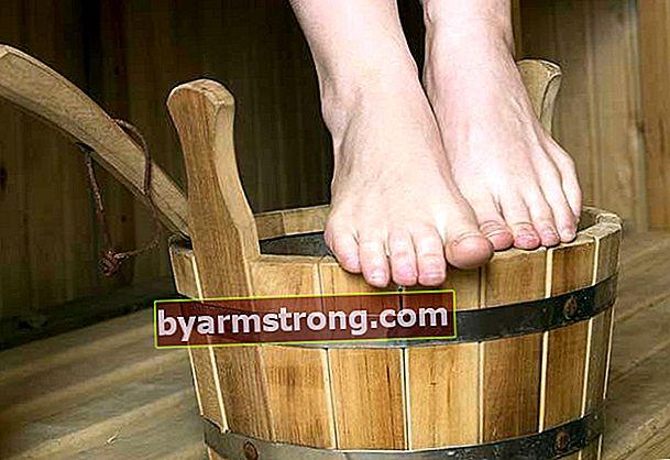 Perché il gonfiore del piede scompare? Perché i piedi si gonfiano, cosa c'è di buono? Ecco le cose che fanno bene al gonfiore del piede